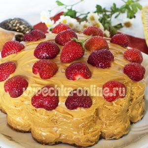 Бисквитный торт с кремом и ягодами
