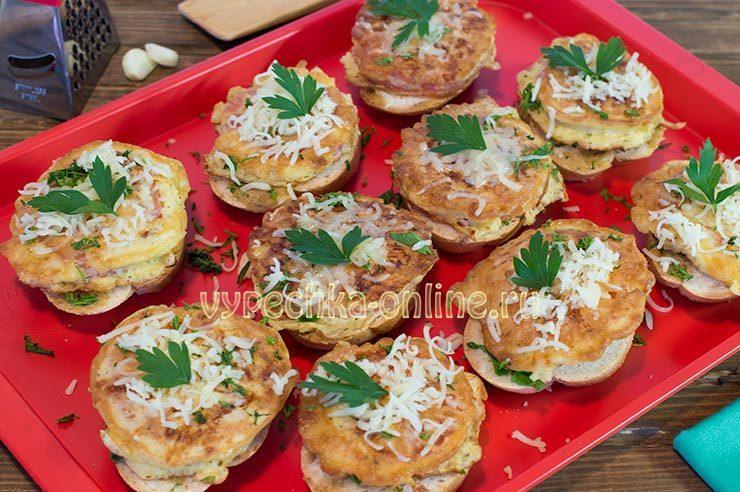 Горячий бутерброд с сыром помидорами чесноком