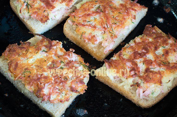 бутерброды с колбасой и яйцом на сковороде