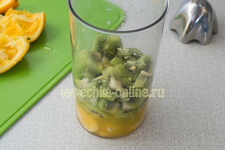 фруктовый смузи в блендере