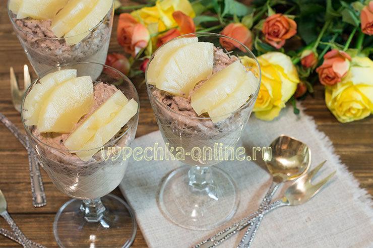 Десерт из творога без выпечки с яблоком, изюмом и ананасами
