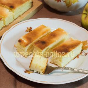 Творожная запеканка с яблоками и манкой в духовке