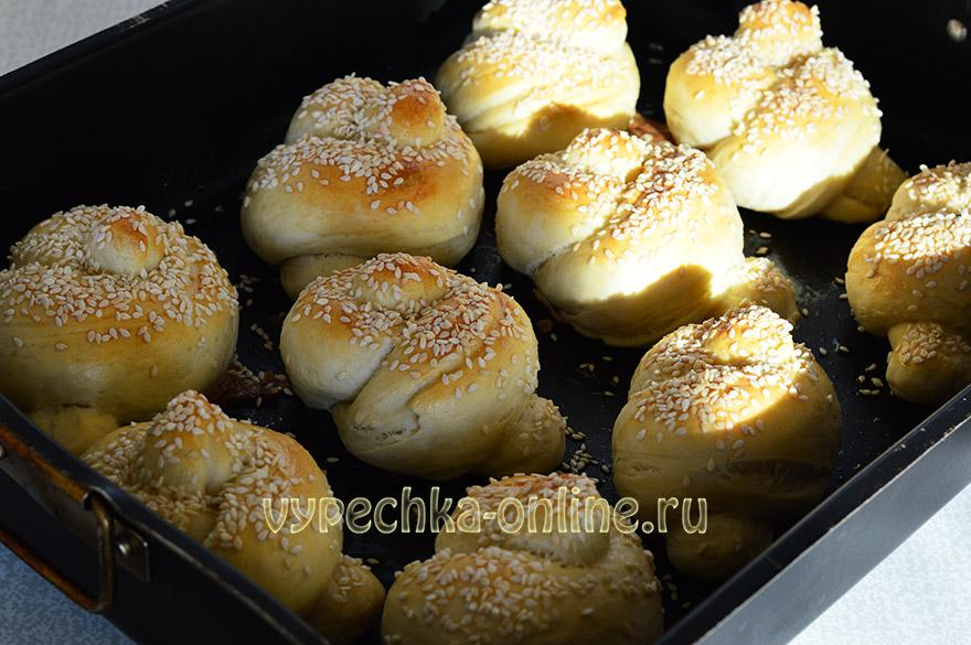 Дрожжевые булочки с кунжутом