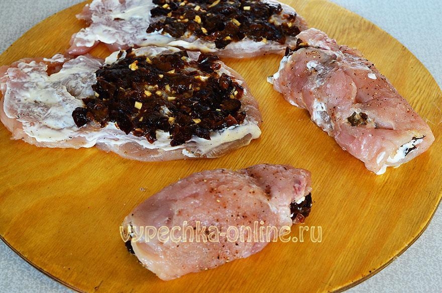 Куриный рулет с черносливом в духовке