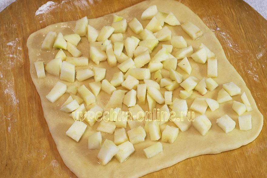 Дрожжевой рулет с яблоками