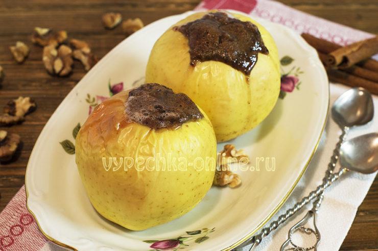 Запеченные яблоки с медом орехами и корицей