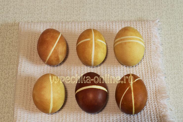 Крашеные пасхальные яйца в полоску