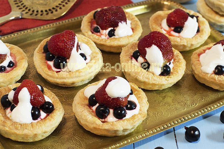 Тарталетки из слоеного теста с ягодами