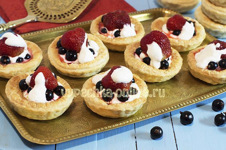 Тарталетки с кремом и ягодами