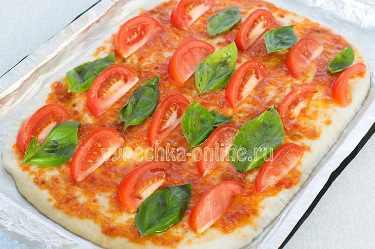 Пицца с базиликом и помидорами