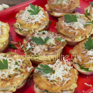 Бутерброды с помидорами и чесноком и сыром