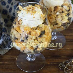 Десерт из мороженого с фруктами