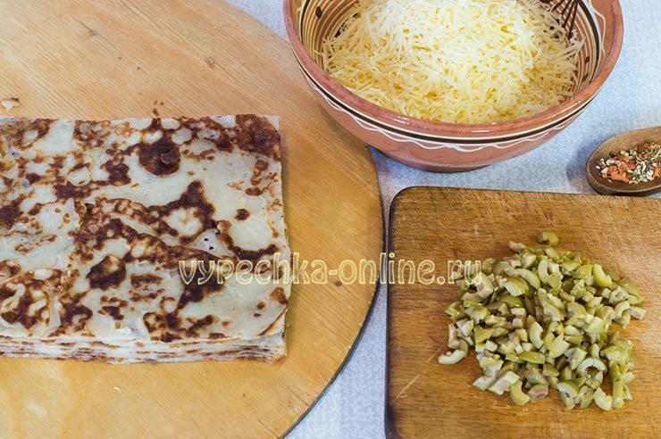 Канапе из блинов на шпажках с сыром и оливками