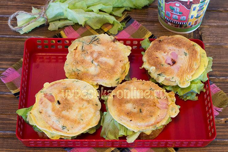 горячие бутерброды на сковороде с колбасой и сыром и яйцом