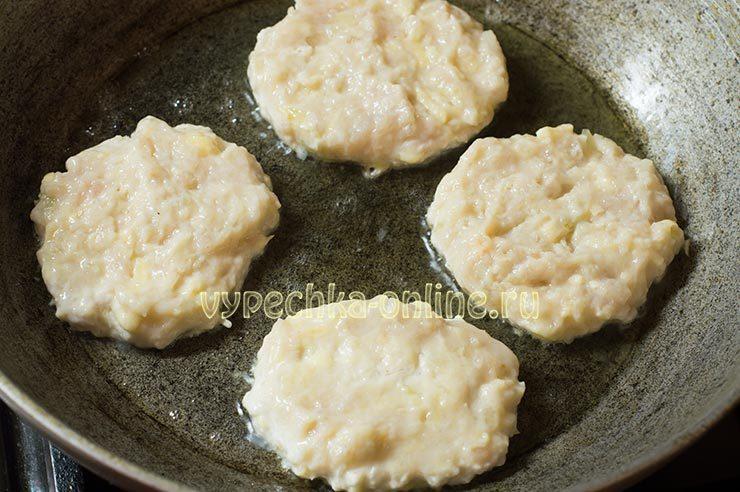 Куриные котлеты с сыром на сковороде