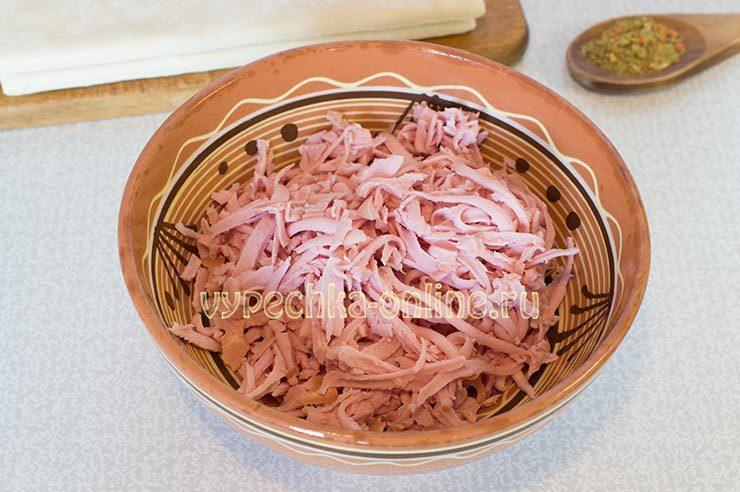 Слойки с колбасой и сыром из слоеного теста в духовке