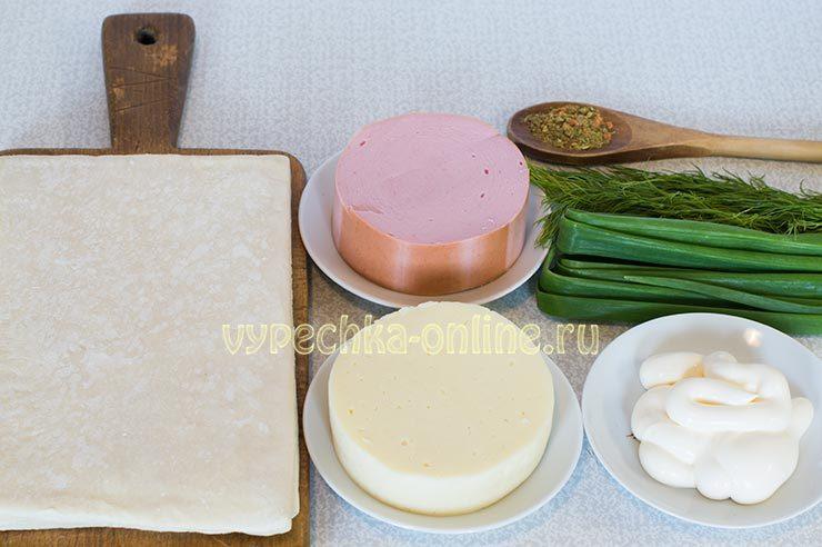 Слойки с колбасой и сыром из слоеного теста рецепт с фото