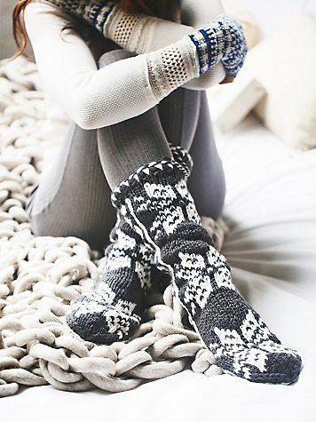Девушка в вязаных носках и варежках