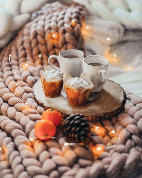 Кофе с кексами зимой