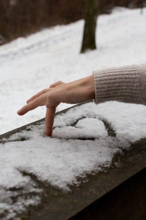Сердечко пальцем на снегу