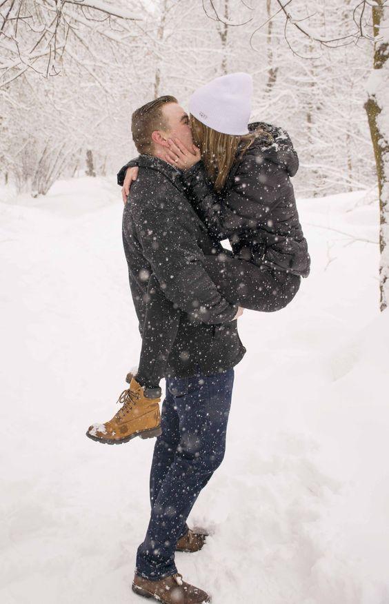 Девушка в красной куртке зимой спиной с парнем