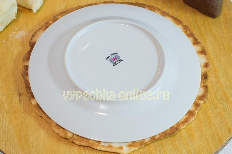 Обрезка коржей по тарелке