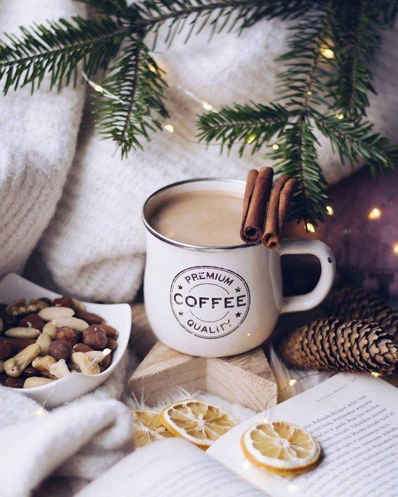 Уютный кофе зимой с корицей