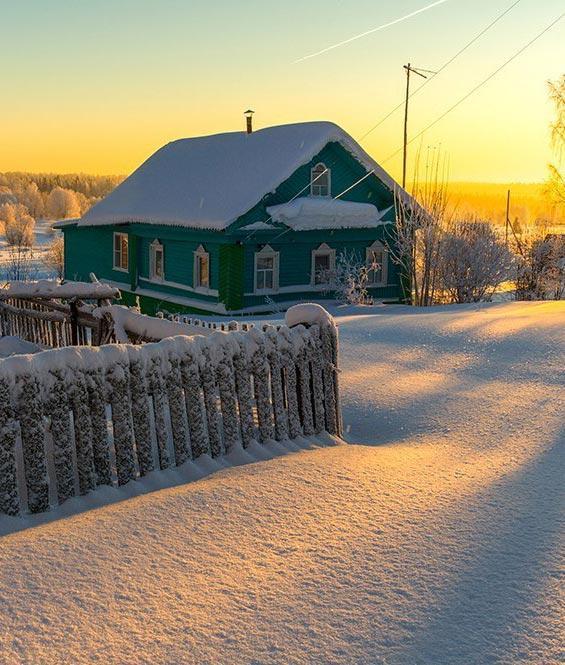 Домик в снегу красивое фото