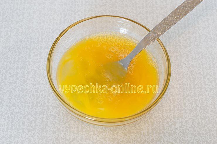 Яйца, растопленное масло