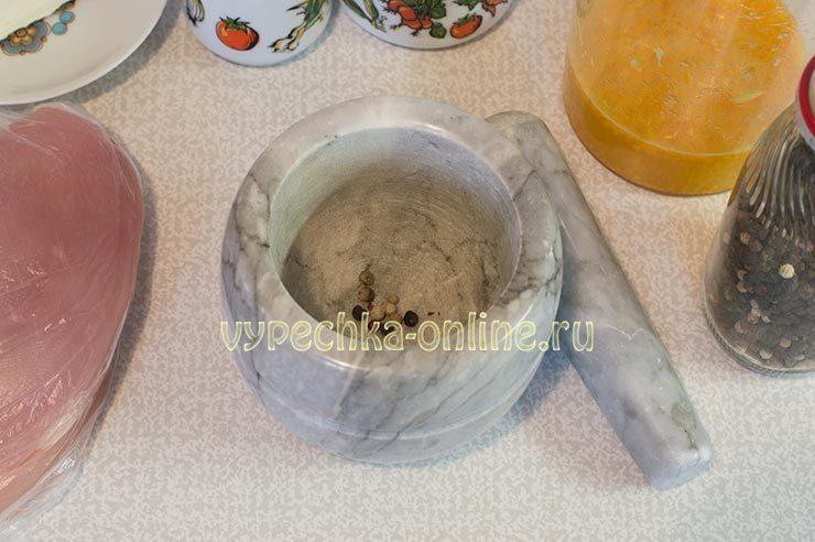 Перец горошком, растолчённый в ступке