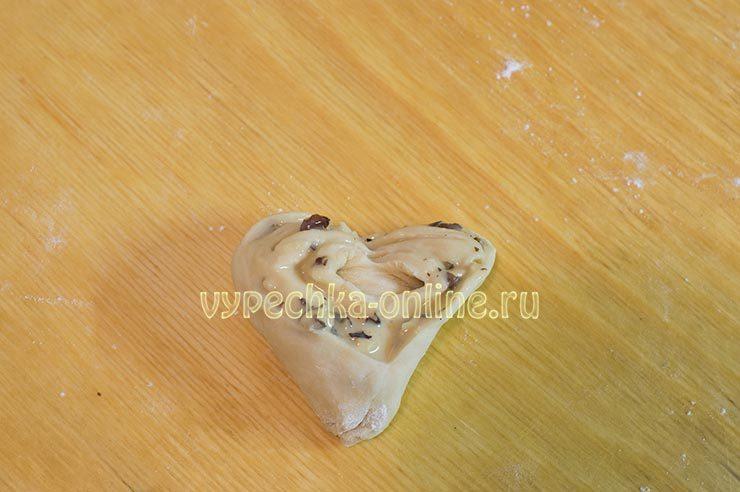 Плюшка со сгущенкой и орехами