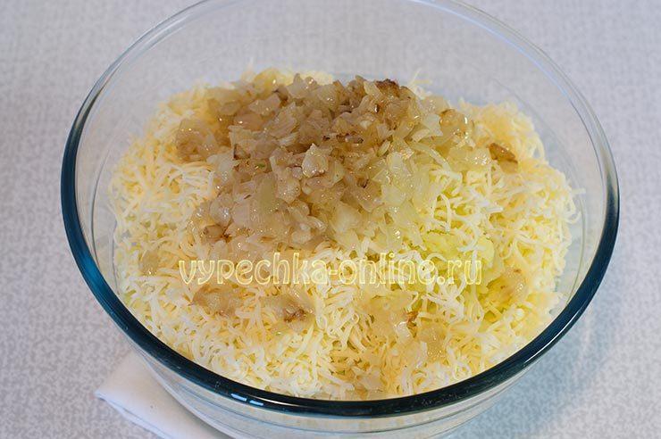 Тёртый сыр, обжаренный лук