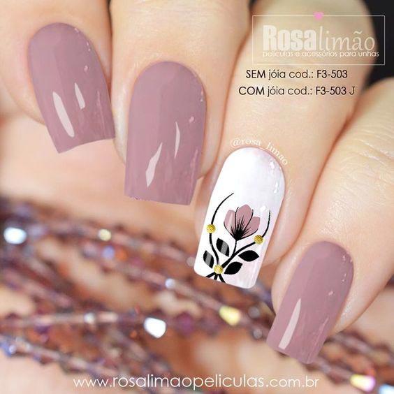 Ногти в пастельных тонах с цветком