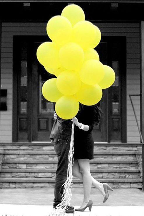 Влюблённая пара с шарами