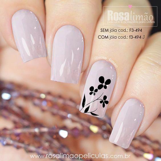 Ногти с бледным лаком