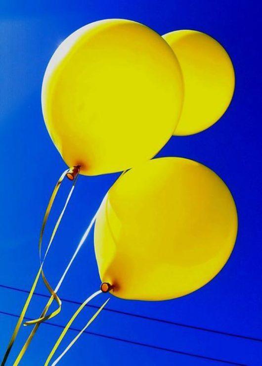 Жёлтые воздушные шары в небе