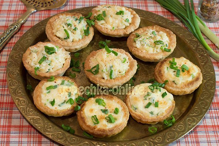 Тарталетки с сыром и чесноком рецепт с фото из слоеного теста
