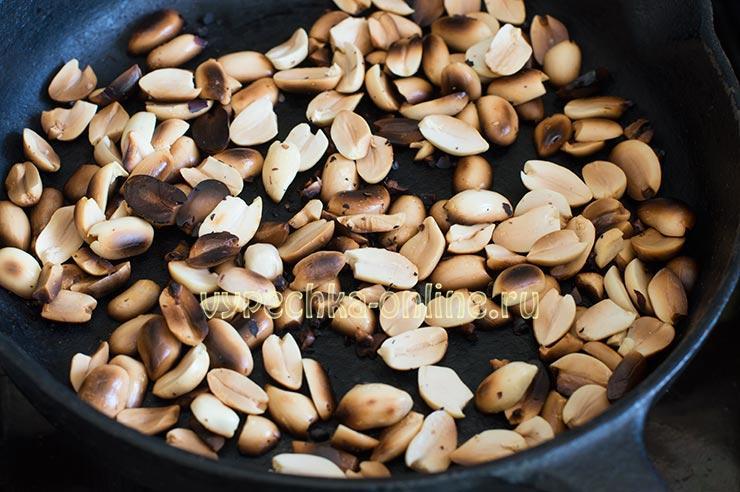 Обжаренный арахис на сухой сковороде