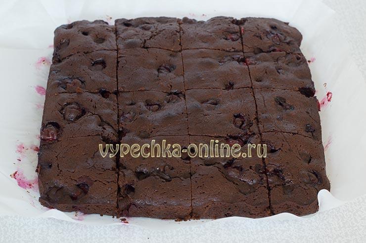 Шоколадный брауни с вишней