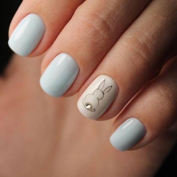 Бледно-голубой маникюр