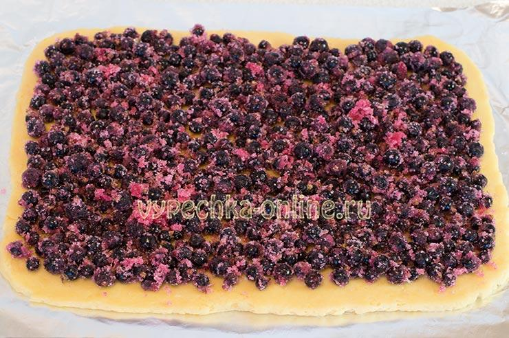 Тертый пирог с черной смородиной