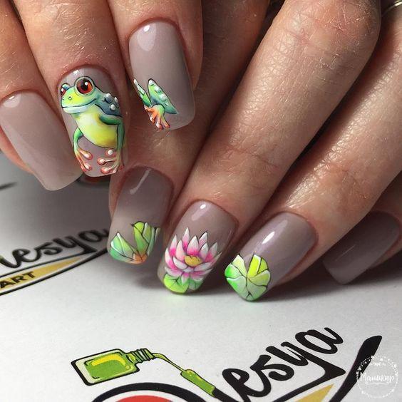 Лягушка на ногтях