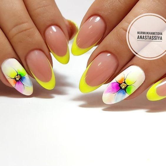 Летний маникюр жёлтый с цветами