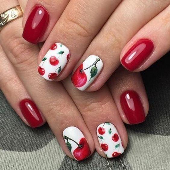 Ягоды на ногтях