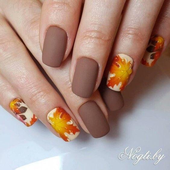 маникюр с листиками осенними