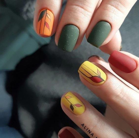 маникюр с листьями
