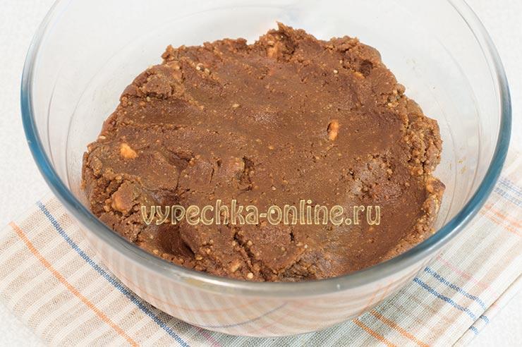 Сладкая колбаска из печенья и какао