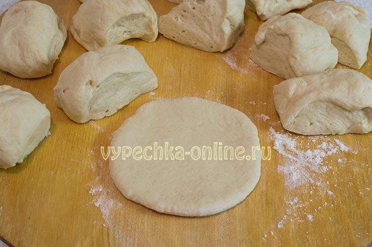 Пирожки с яблоками в духовке из дрожжевого теста