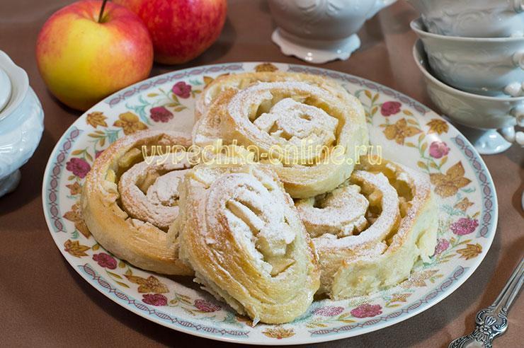 Булочки с яблоками из дрожжевого теста в духовке, на кефире - рецепт с фото