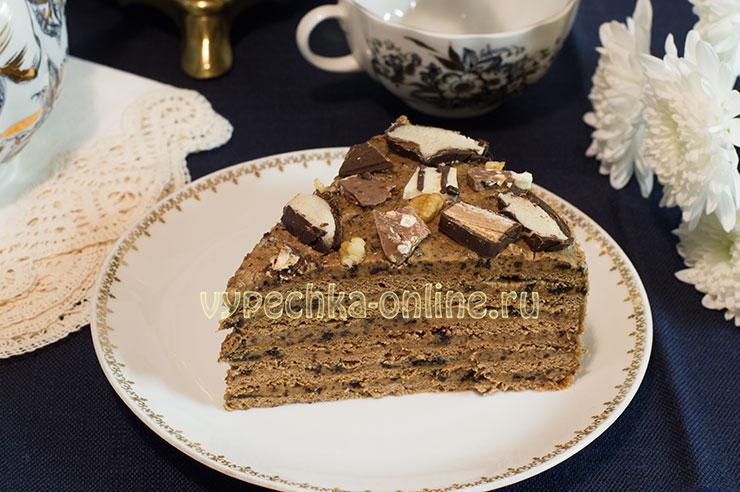 Шоколадный торт с черносливом, грецкими орехами, сметанным кремом